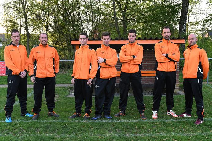 Daan Verberk (midden) wordt zijn broers Roel (derde van links) en Teun (derde van rechts) geflankeerd door de broers Chris (links) en Bart van Duijnhoven en Loid en Stephan Schellekens (rechts).