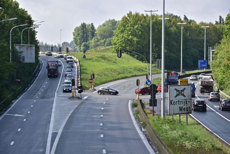 De huidige verkeerswisselaar, met de gevaarlijke lichtengeregelde kruispunten met U-bochten.