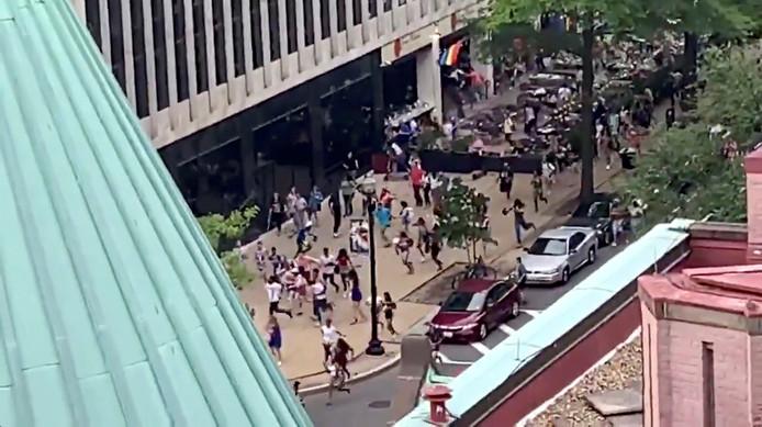 Sur les réseaux sociaux, des images montraient la panique gagner la foule suite à des rumeurs de fusillade