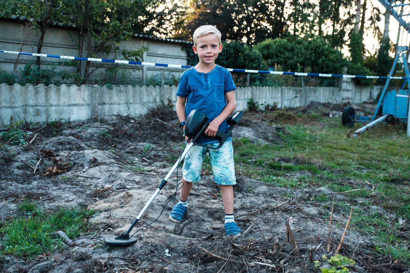 Thomas Schepers (7) vindt een Duitse helm met schedel en geweer in zijn tuin.