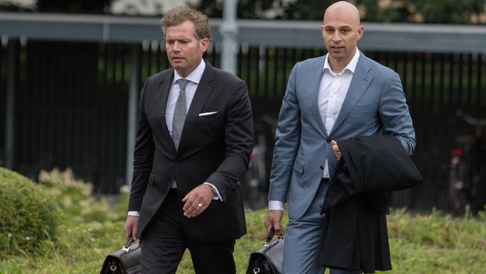 Petermann, hier links, komt aan bij de rechtbank