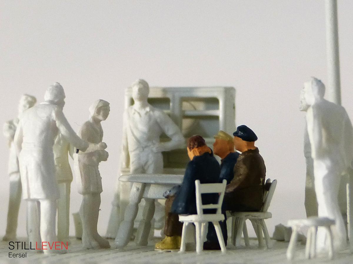 Sleutelscène van het verhaal van de gebroeders Hoeks uit de serie STILLLEVEN gemaakt door Studio Rocco Verdult van 75 persoonlijke Brabantse oorlogsverhalen, verbeeld in miniatuurvorm en te zien in het gemeentehuis.