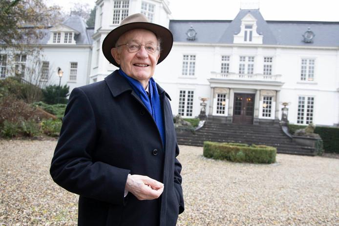 Ton Gijsbers bij villa Waalheuvel in Ubbergen.  Foto Gerard Verschooten