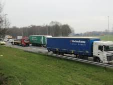 Twee vrachtwagens botsen op elkaar op A1 bij Holten