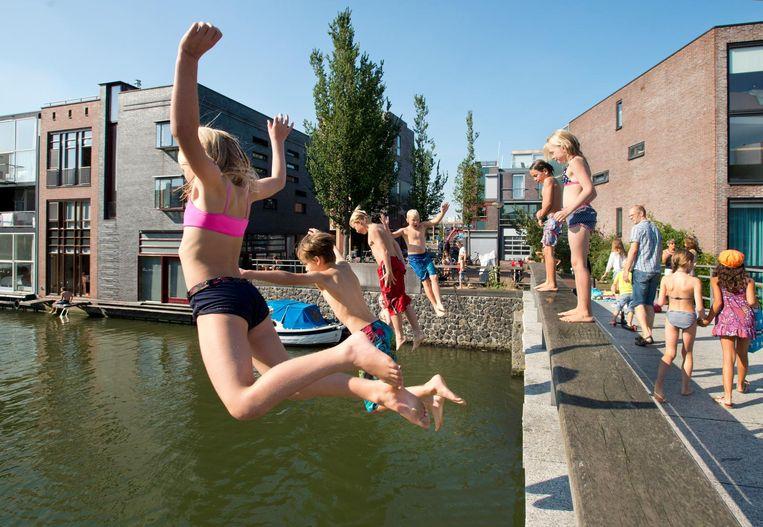 Ook de Stokerkade is een favo zwemplek voor kinderen. Beeld anp