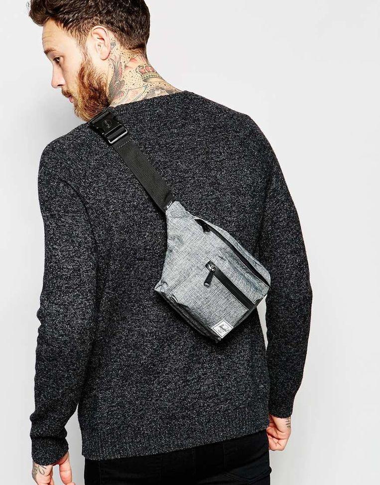 Een trend: de 'crossbody shoulder bag' is een soort heuptasje dat over de borst of over de rug gedragen wordt. Deze is van het merk Hersel. Beeld RV