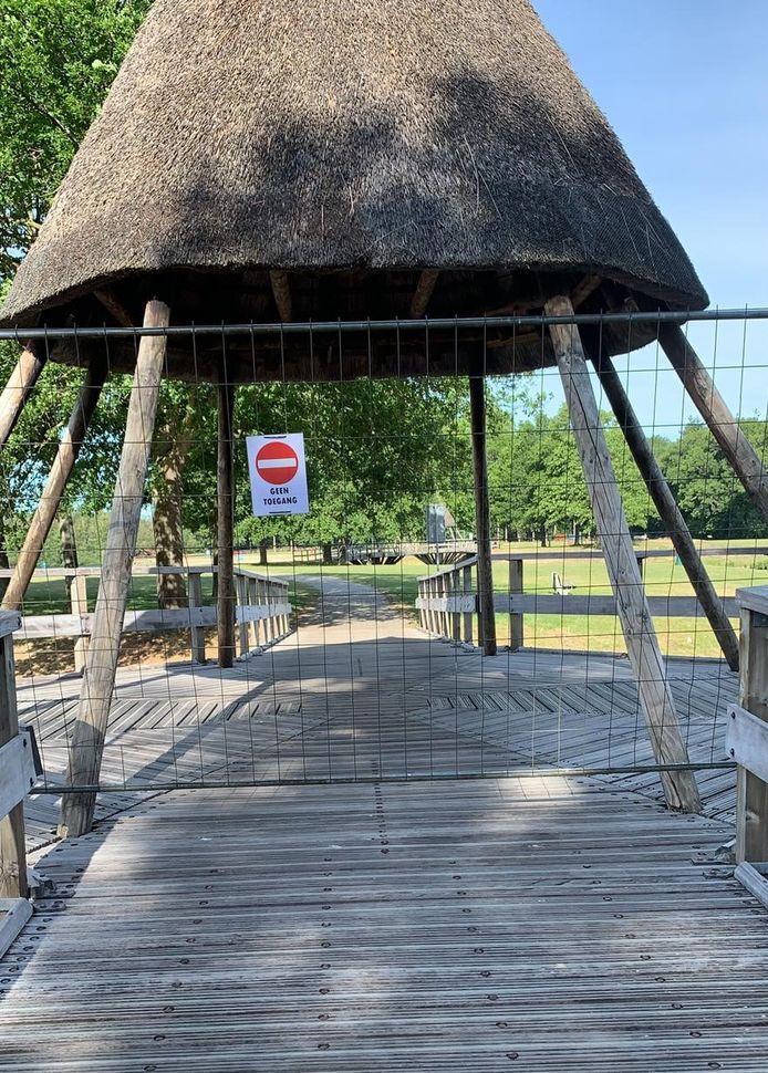 Het terrein tussen de twee bruggen is afgesloten.