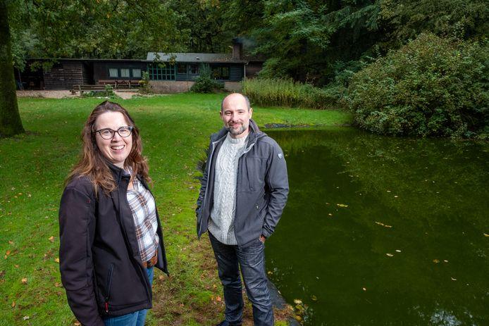 Monique en Peter Post, met op de achtergrond de Hut van Cartouche.