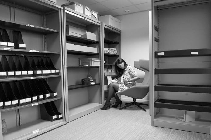 Arista, jurist in Den Haag. Jurist Arista tussen de archiefkasten in een opslagkamertje. Geen water, geen koelkast, wel lekker warm. De stoel zit heerlijk, alleen stroomt de melk steeds terug als ze onderuitgezakt zit. Op het puntje van de stoel kolft ze dus voor haar zoontje van vier maanden.