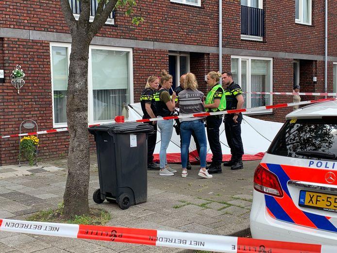 Agenten bij de woning aan de Marco Polostraat waar een dodelijke steekpartij plaatsvond.