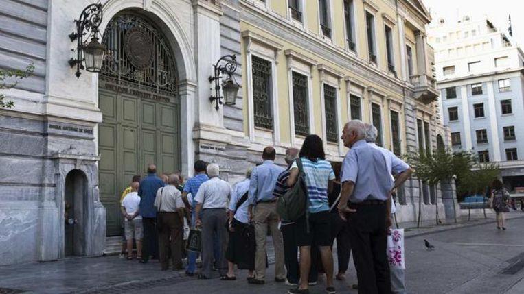 Een lange wachtrij aan een Griekse bank.