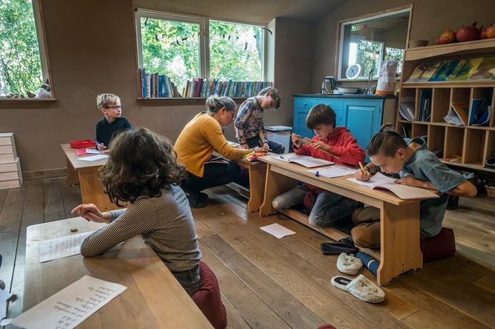 galder-foto : ron magielse een les van de oudste groep op de iduna school met lerares marilke jorine verheye