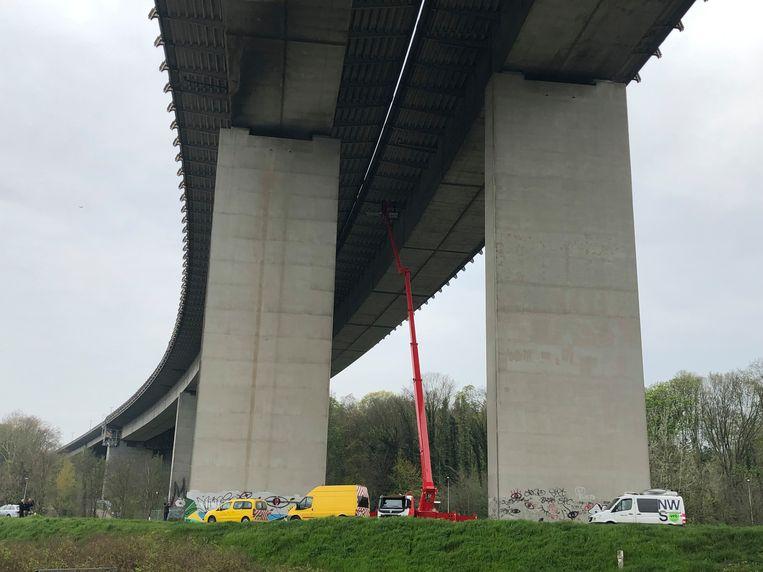 De hoogtewerker heeft een 'spanwijdte' van 57 meter, het viaduct is gemiddeld 35 meter hoog.