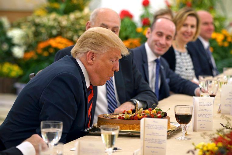 Taart met Trump, en een selfie met Kim Jong-un: premier Lee schippert tussen beide leiders.