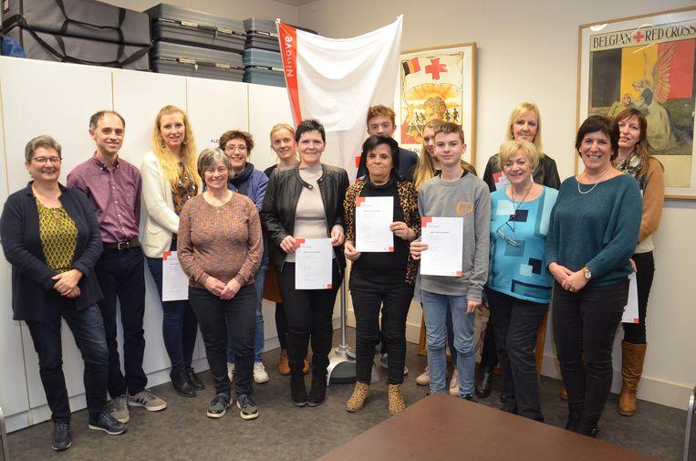 De deelnemers aan de combicursus van het Rode Kruis Ninove ontvangen hun brevet uit handen van de organisatoren van het Rode Kruis Ninove en schepen Veerle Cosyns.