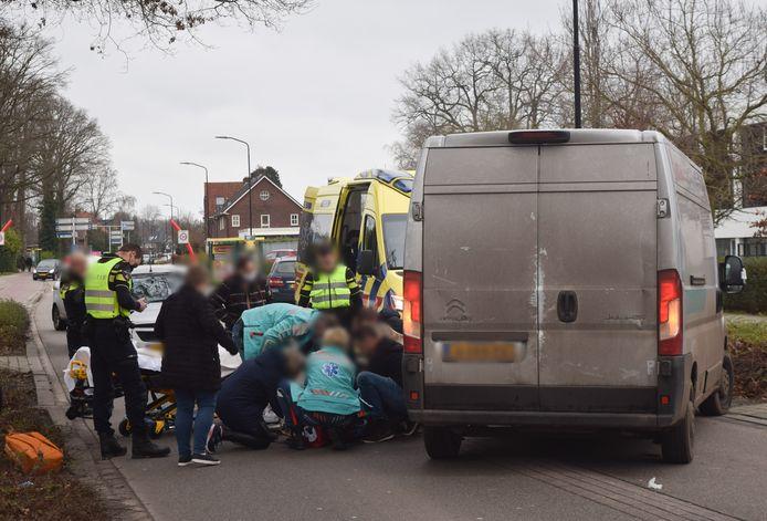 Hulpdiensten bij het slachtoffer in Doetinchem.