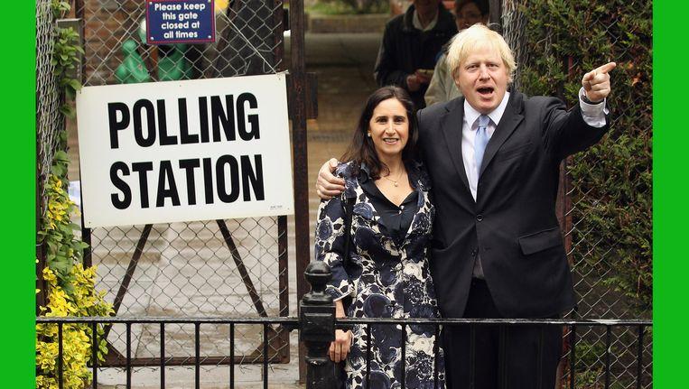 Boris poseert met vrouw Marina Johnson bij een stembureau. Beeld Getty Images