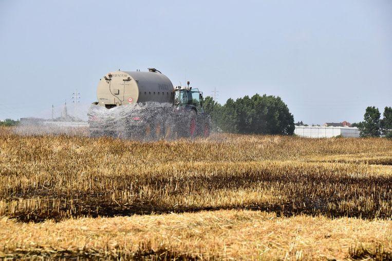 Landbouwers uit de buurt rukten aan met mestkarren die inderhaast gevuld waren met water.