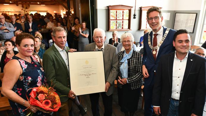 De drie generaties Vernooij met de burgemeester