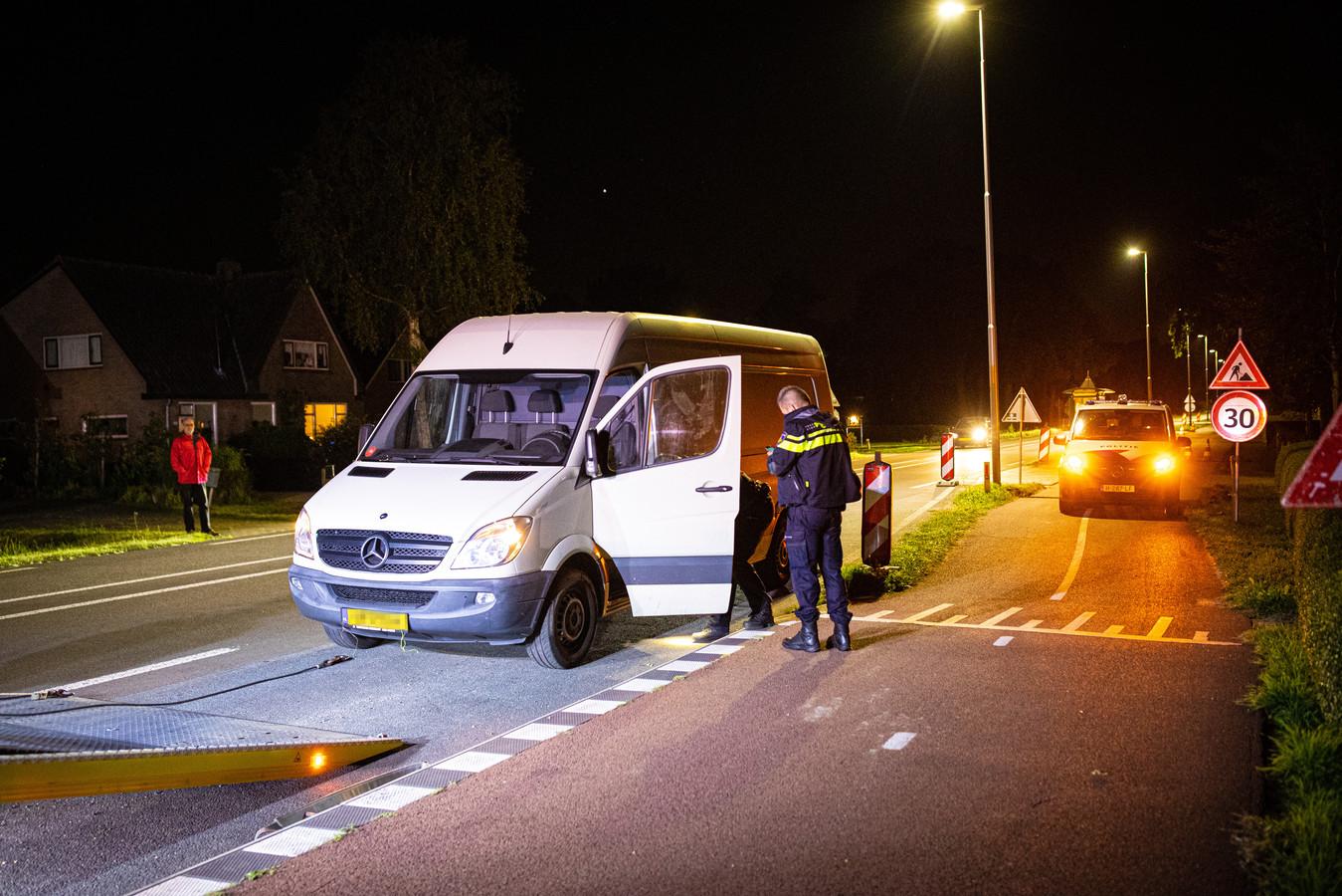 Het busje met valse kentekenplaten wordt na een achtervolging door de politie weggesleept.