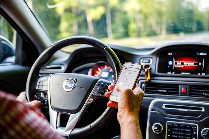 Appen in de auto is - net zoals het rijden onder invloed van drank en drugs - levensgevaarlijk, vindt een meerderheid in de Tweede Kamer.