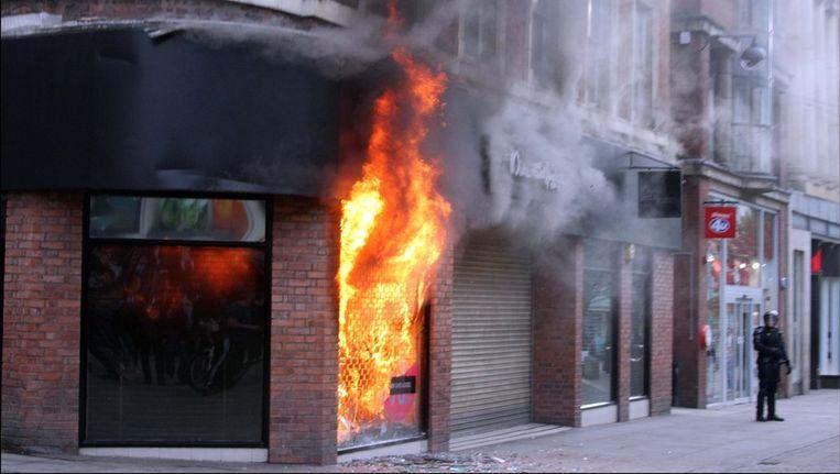 Een winkel in brand gezet door relschoppers in Manchester Beeld photo_news