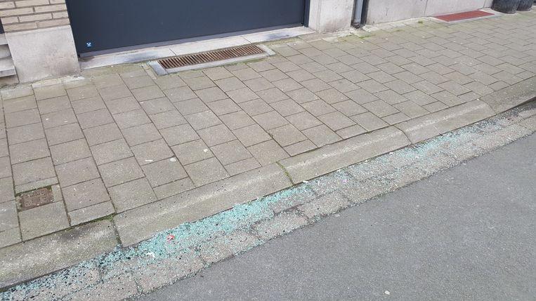 De glasscherven van de aanslag op een wagen in de August Sniedersstraat.