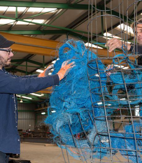 Reusachtige blauwe handen staan op tijd naast Dikke Toren, verwacht kunstenaar