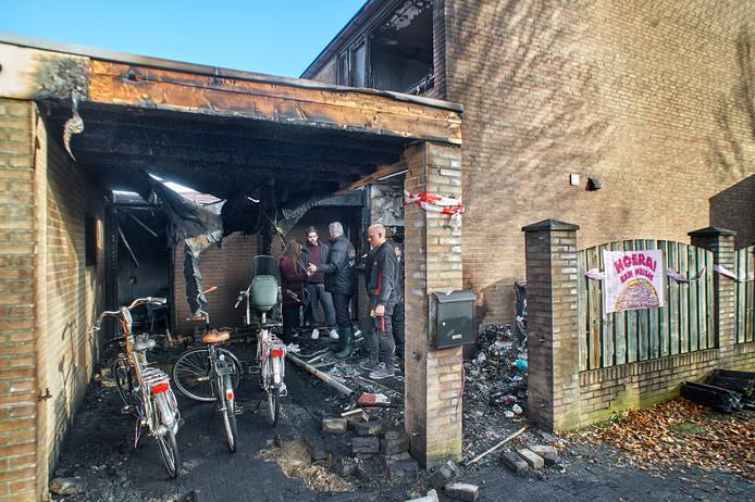Uitgebrand huis en carport Staringstraat Oss. Op de foto medewerkers van S.I.S. schoonmaak bij calamiteiten. Fotograaf: Van Assendelft/Jeroen Appels