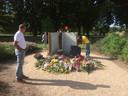 Een doorlopende stroom belangstellenden bij het Vlinderboek, het monumentje in het Osse Elzeneindpark.