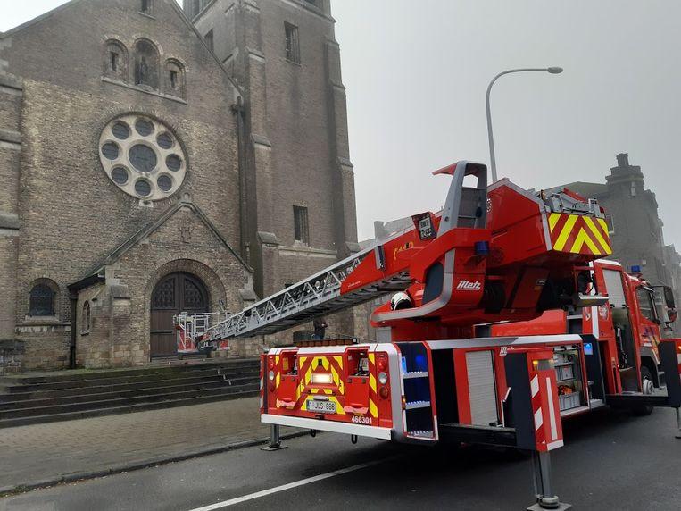 Er kwam een ladderwagen aan te pas om het beeld weg te halen.