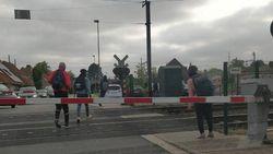 Tiental scholieren gefotografeerd terwijl ze gesloten overweg negeren, politie opent onderzoek