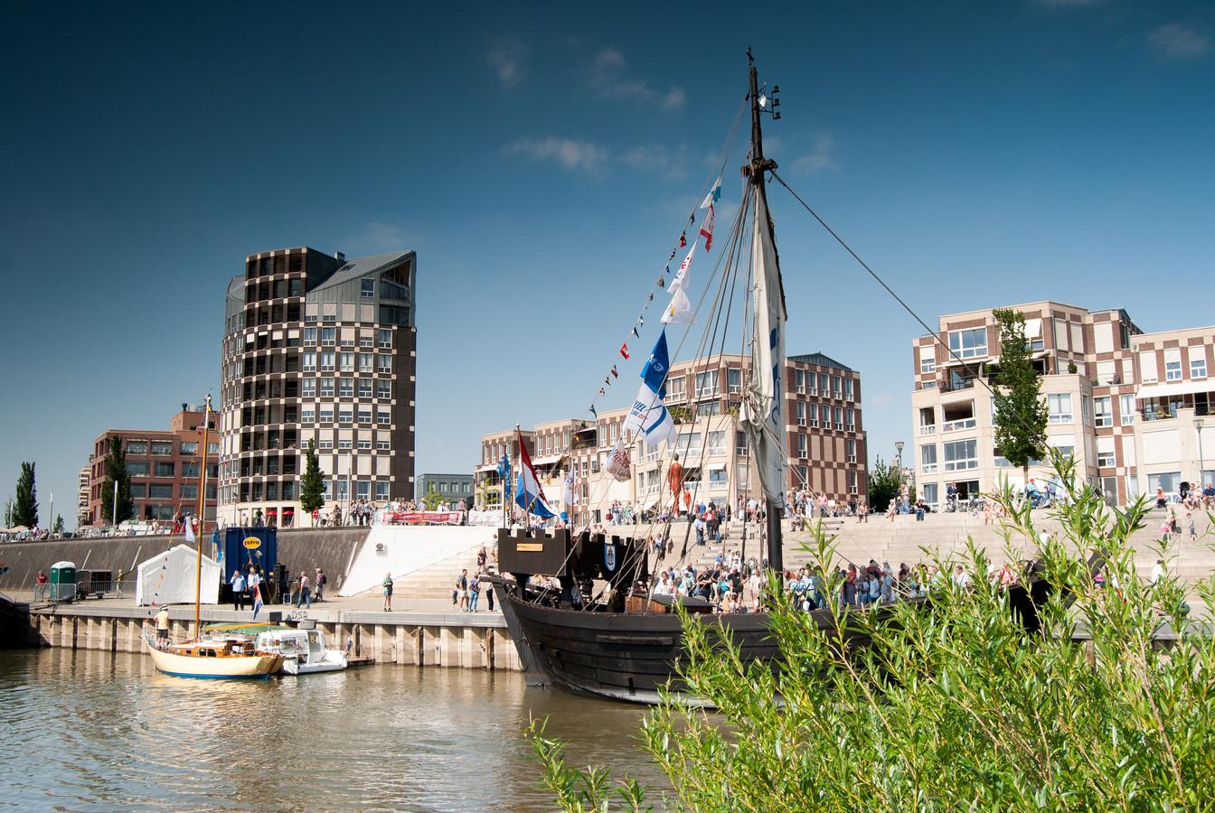 De IJsselkade met een historisch vaartuig in Doesburg.