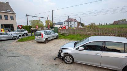 Twee volwassenen en baby ontsnappen aan aanstormende trein op overweg in Pepingen