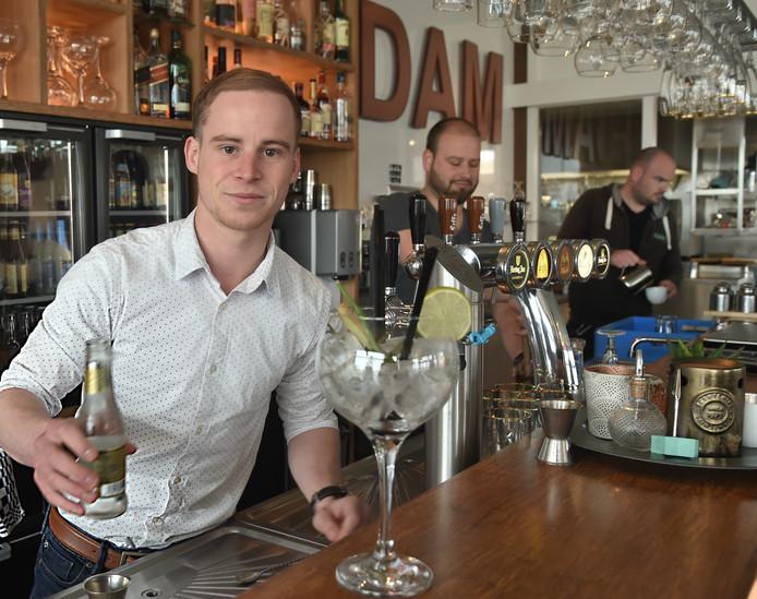 Martijn Joziasse is niet te beroerd een gin cocktail (specialiteit van De DAM) te maken. Eigenaar Robin de Visser (midden) en bedrijfsleider Danny Troy staan ook achter de bar.