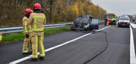 Auto in brand op afrit van A67 bij Liessel