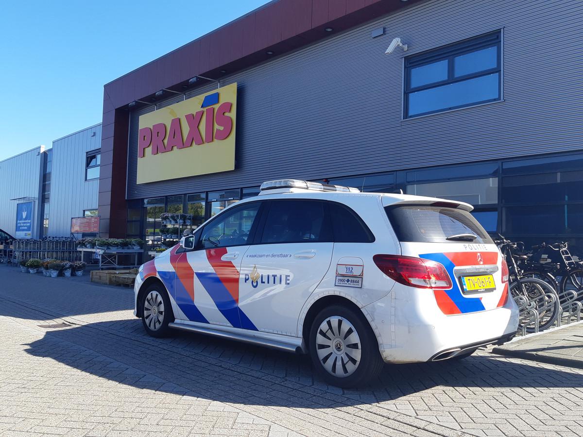 De politie bij de bouwmarkt Praxis in Nunspeet.