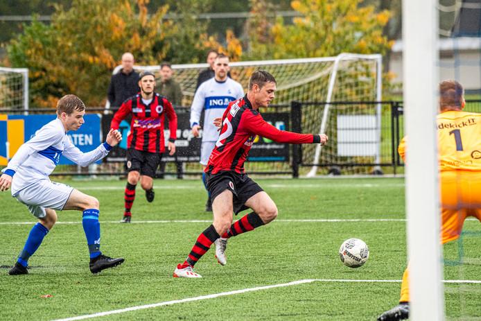 Nick Claassen in de aanval namens Terneuzen op bezoek bij MOC'17. Op de achtergrond Ivo Verstraeten, die de 1-1 maakte.