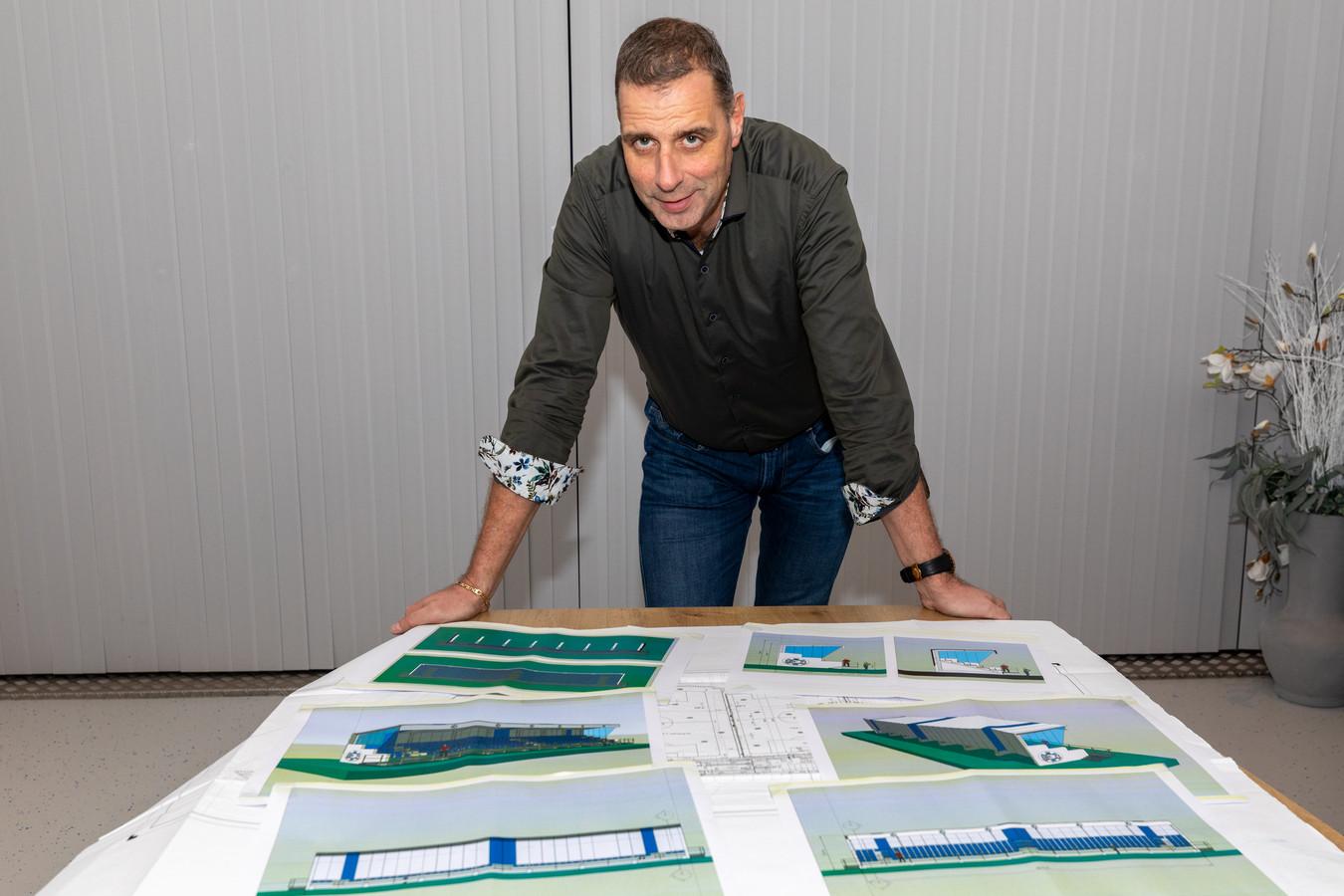 GRC 14-voorzitter Erik van de Koppel bij de bouwtekeningen voor een tribune.