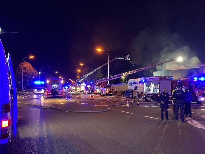 De brandweer was druk in de weer om het vuur onder controle te krijgen.