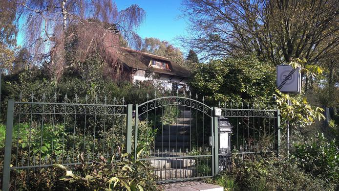 De villa in het Limburgse gehucht Thull waar Guus de J. resideerde. Voor de huur zou hij geld van gehandicapte cliënten van de Stichting Gehandicaptenzorg Limburg gebruikt hebben.