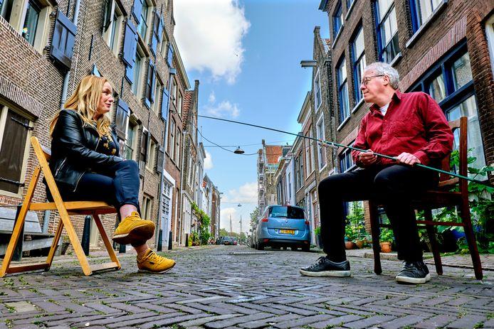 Frits Baarda interviewde met een vishengel bewoners uit zijn straat om een 'tijdsmonument' van Dordt in coronatijd te maken.