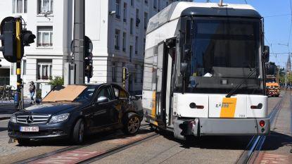 Vrouw zwaargewond na aanrijding met tram