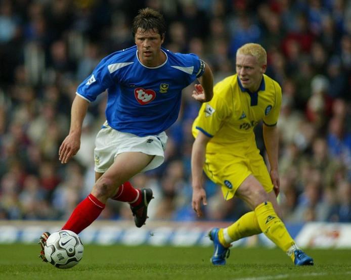 Arjan de Zeeuw als speler van Portsmouth in 2004. Rechst de Finse aanvaller Mikael Forsell van Birmingham City.