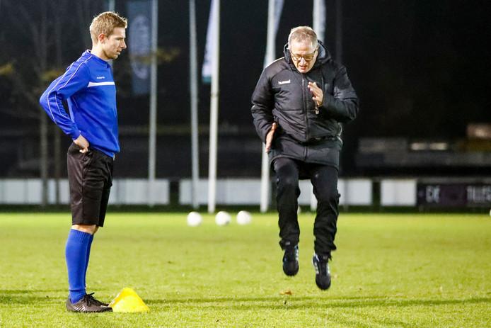 Eric Meijers doet een oefening voor bij VVSB, speler Frans van Niel (links) kijkt hoe het moet.