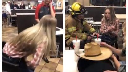 Addison (15) kruipt voor de grap in peuterstoel, brandweer kan haar na anderhalf uur bevrijden