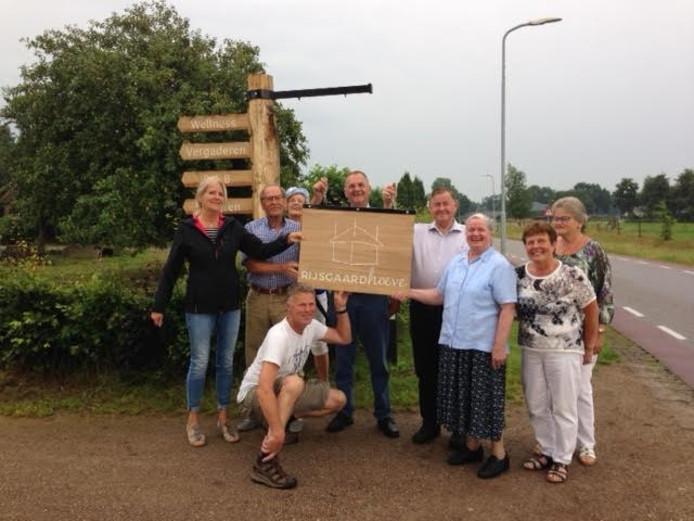 De buurtbewoners van de Rijsgaardhoeve wilden een cadeau van blijvende waarde aanbieden en dat werd een houten naambord.