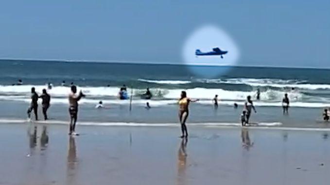 Vliegtuig maakt noodlanding vlak bij druk strand