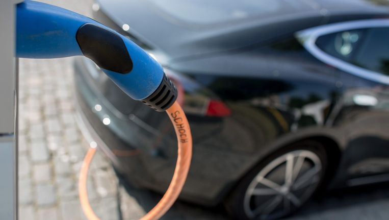 Tegen 2040 rijdt 35 procent van alle nieuwe auto's elektrisch, verwachten de analisten van BNEF. Beeld anp