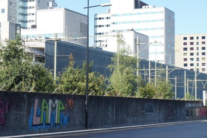 Graffiti-plek aan de overkant.